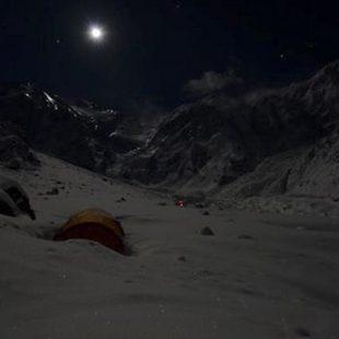 Las luces de las frontales de Alex Txikon y sus compañeros en el C2 vistas desde el campo base del Nanga Parbat (10 enero 2015)  (© Federico Santini)
