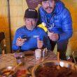 Carlos Soria prueba los helados de Jordi Roca en el campo base del Annapurna. Invierno 2015  (©BBVA)