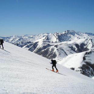 Dos esquiadores con los Picos de Europa al fondo. (Santiago Yániz)