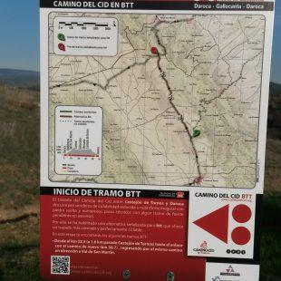 La señal internacional de dirección para bicicletas en un panel del Camino del Cid. (IMBA España)