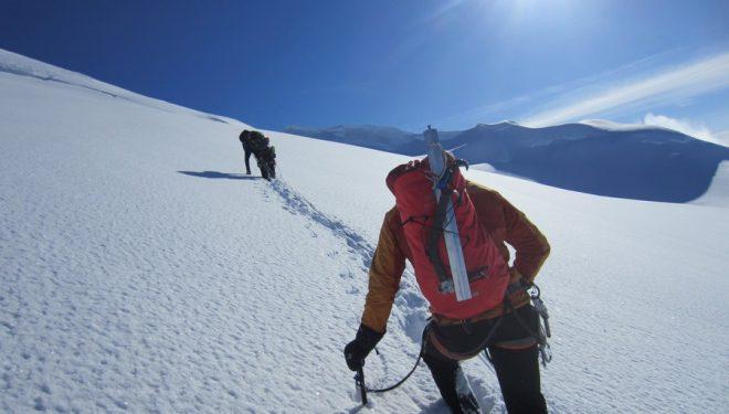 John Frieh (con la mochila roja en primer plano)y Chad Diesinger (al fondo) subiendo a la cumbre del Mount Dickey (Jason Stuckey)