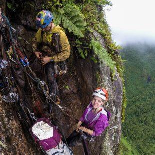 Mike Libecki y Angie Payne en Te Vau Anui O Kau Kau a la torre Poumeka de la isla Ua Pou (islas Marquesas)  (Col. A. Payne)