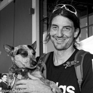 Dean Potter con su perro que también hace ¡salto base! con él. Le acompaña cuando sube y luego le mete en la mochila