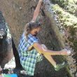 Escalador haciendo bloque en el primer encuentro de escalada en Callejuelas