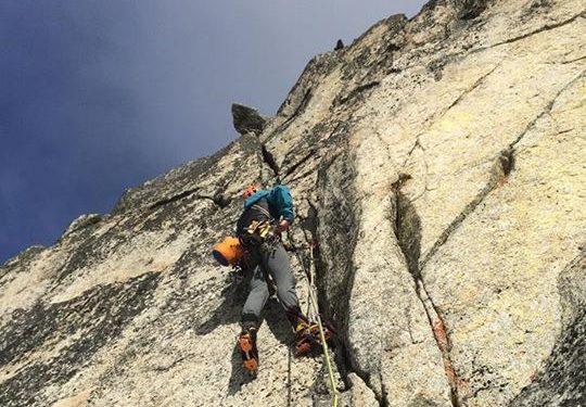 Jens Holsten en el headwall de Chad Kellogg Memorial Route al Argonaut Peak (cordillera Stuart)  (Col. J.Holsten/V.Nelson Jr)