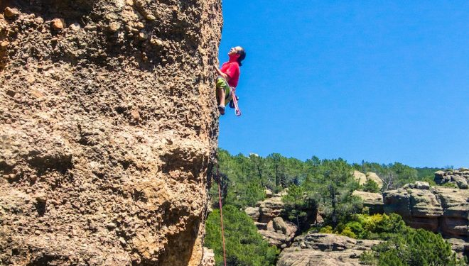 El escalador Pedro Cifuentes en el encuentro de escalada de Callejuelas