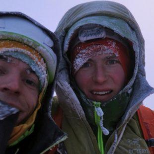 Luka Krajnc y Luka Lindic en la cima de las Grandes Jorasses tras liberar la Rolling Stones (1.100 m