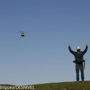 Un especialista del GREIM guía el aterrizaje del helicóptero de rescate Guardia Civil durante unas práctica. Majada de Valcabau