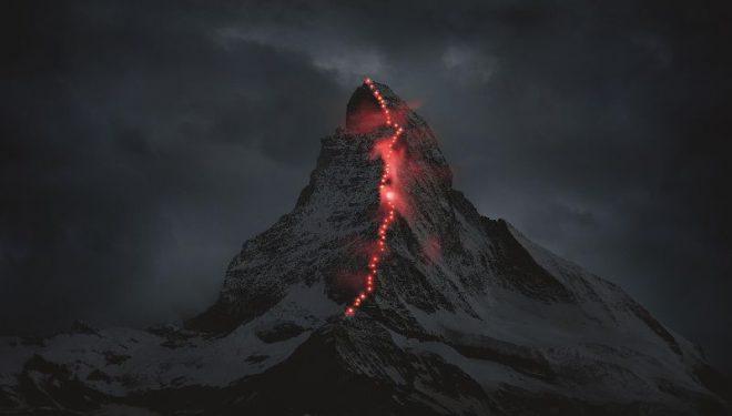 El Matterhorn iluminado con frontales durante una acción conmemorativa organizada por Mammut.  (Zermatt.ch)