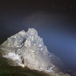 El Cervino visto desde Cervinia iluminado de noche para celebrar el 150 aniversario de su primera ascensión. (18 julio 2015)  (© Darío Rodríguez/DESNIVEL)
