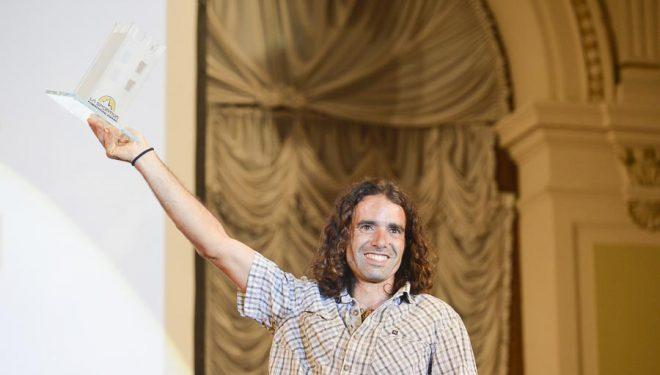 Urko Carmona feliz tras ser premiado en los Arco Rock Legends  2014 (considerados por muchos como los premios Oscar de la #escalada) en la categoría Competition Award  (© Darío Rodríguez/DESNIVEL)