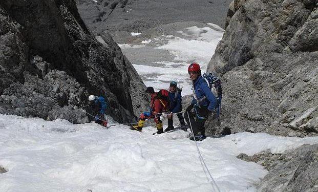 Òscar Cadiach y sus compañeros ascendiendo el corredor Hermann Buhl del Broad Peak  (Col. Ò. Cadiach)