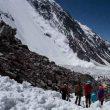 Rosa Fernández y sus compañeros excavan buscando el CBA del K2 ante la caída de otro alud (julio 2015)  (Col. R. Fernández)