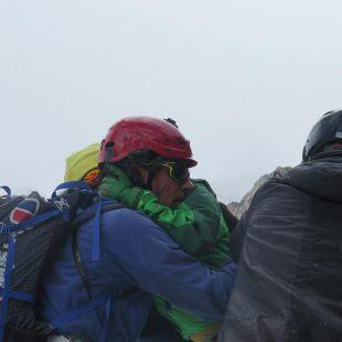 La alpinista china Luo Jing se abraza a Oscar Cadiach tras ser rescatada de la avalancha que le atrapó con otros alpinistas en el Broad Peak (2015)  (© Darío Rodríguez)
