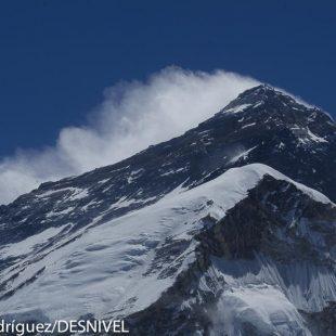 Everest visto desde los alrededores campo base vertiente sur.  (© Darío Rodríguez/DESNIVEL)