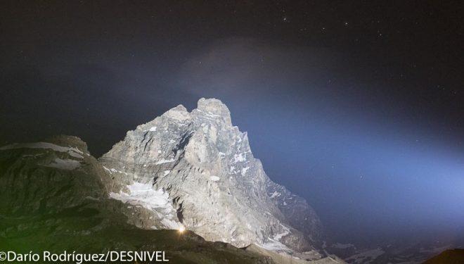 La vertiente italiana del Cervino iluminada por la noche durante los actos commemorativos 150 aniversario primera y segunda ascensión (18 julio 2015)  (© Darío Rodríguez/DESNIVEL)