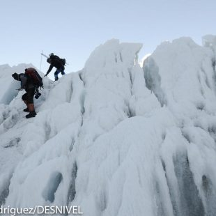 Sherpas en la Cascada de Hielo del glaciar de Khumbu del Everest en ruta hacia el campo 1. (2011)  ((c) Darío Rodríguez/DESNIVEL)