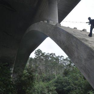 Un agente del GREIM asciende durante la inspección ocular del puente donde se produjo el accidente de la chica holandesa de 17 años fallecida haciendo puenting en Cantabria en agosto 2015  (© DESNIVEL)