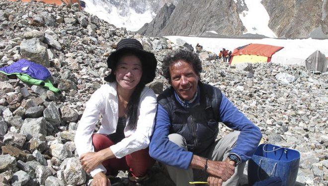 Oscar Cadiach con la a alpinista japonesa Sumiya Tsuzuki en el campo base del Broad Peak (2015) (©Oscar Cadiach)