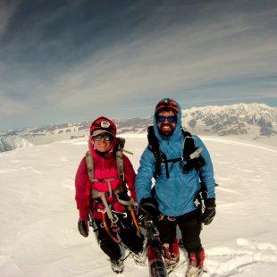 Natalia Martínez y Camilo Rada vivaquean en la cumbre del Mt. Malaspina (St. Elias Mountains