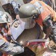 Las fuerzas de seguridad ayudan a una familia a recuperar el grano que ha quedado enterradado tras el terremoto que asoló Nepal el 25 abril 2015  (© Luis Miguel López Soriano)