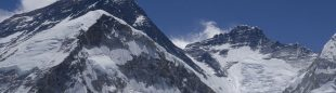 Everest visto desde los alrededores campo base vertiente sur al fondo el Lhotse  (© Darío Rodríguez/DESNIVEL)