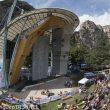 Climbing Stadium de Arco donde se celebra todos los años el Rock Master. Al fondo la pared donde tuvieron lugar las primeras competiciones de escalada celebradas en Europa Occidental en 1985.  (© Darío Rodríguez/DESNIVEL)