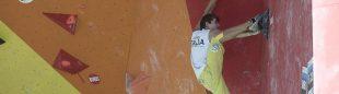 Escalador en la final del Campeonato Mundial Bulder Juvenil 2015