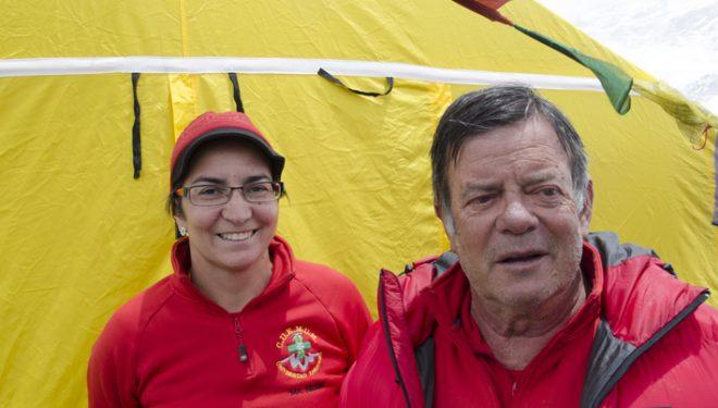 El doctor José Ramón Morandeira y la doctora María Antonia Nerín en el campo base del Everest en la primavera de 2011.  (Darío Rodríguez)