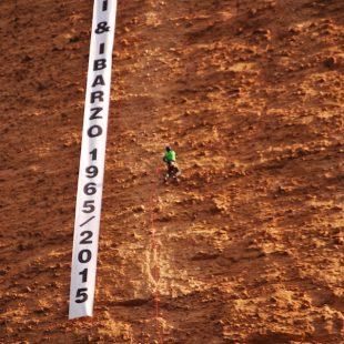 Pancarta instalada en el Mallo Pisón (Riglos) con motivo del 50 aniversario de la apertura de Carnavalada