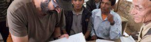 Luis Miguel López supervisa las labores de ayuda de la ONG Ayuda Directa Himalaya para reconstruir una escuela afectada por el  terremoto de Nepal en abril de 2015.  (©Ayuda Directa Himalaya)