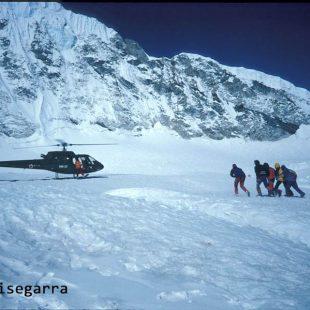 Entrando a Beck Weathers en el helicóptero que aterrizó a medio camino entre campo I y II del Everest.  (©Araceli Segarra)