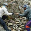 Sequoia Di Angelo enterrando los restos de su padre Marty Schmidt y su hermano Denali Schmidt en el K2