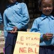 Niños nepalíes reciben banderas con mensajes solidarios escritos por alumnos del colegio Amanecer de Alcorcón (Madrid). 2015  (©Ayuda Directa Himalaya)