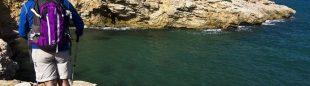 La sierra de Irta se hunde en el mar formando vistosos acantilados como este con la Torre Badum al fondo. Recorrido por los acantilados de Irta