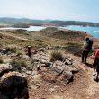 Dos excursionistas entre Cala Tirant y Binimel·la. Cami de Cavalls