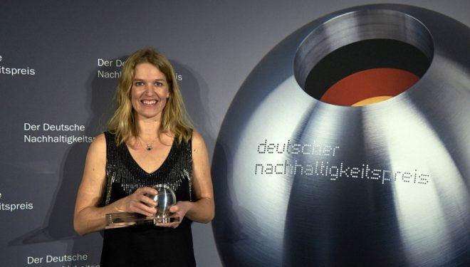 Representante de la marca Vaude recibiendo el premio por ser la marca alemana más sostenible: German Sustainability Award 2015  ()