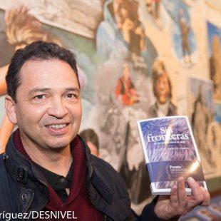 Vicente García Campo en la entrega del Premio Desnivel de Literatura 2015 por su novela Sin fronteras. Un corredor en tierra de nadie.  (©Darío Rodríguez)