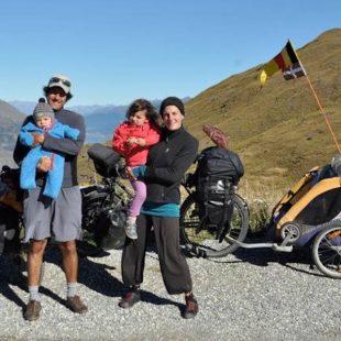 Vuelta cicloturista por el mundo. Andoni Rodelgo y Alice Goffart con su familia en Nueva Zelanda.  (©Mundubicyclette)