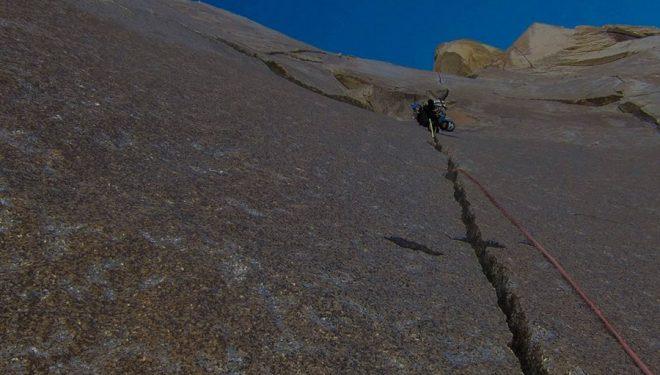 Michael Lukens en la fisura de Colorado route a la cara sur del Fitz Roy. Enero 2016  (Quinn Brett)