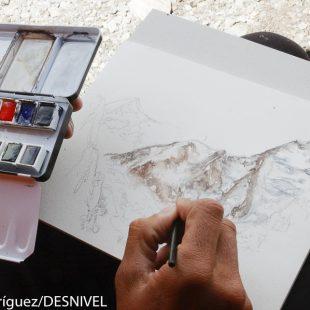 Luis Miguel López Soriano dibujando en el campo base del K2 (2004) donde formó parte de la Expedición Al Filo de lo Imposible como cámara.  (© Darío Rodríguez/DESNIVEL)