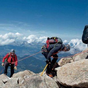 Alpinistas que comparten cordada en una arista del macizo de Mont Blanc.  (Arc'teryx / Piotr Drzozdz)