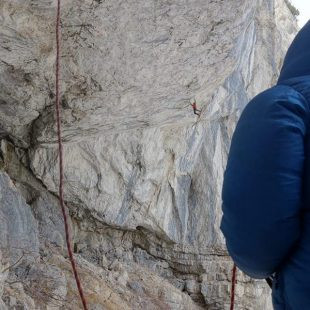 Tom Ballard en A line above the sky D15/- de Tomorrows World (Dolomitas) (Ryan Vachon)