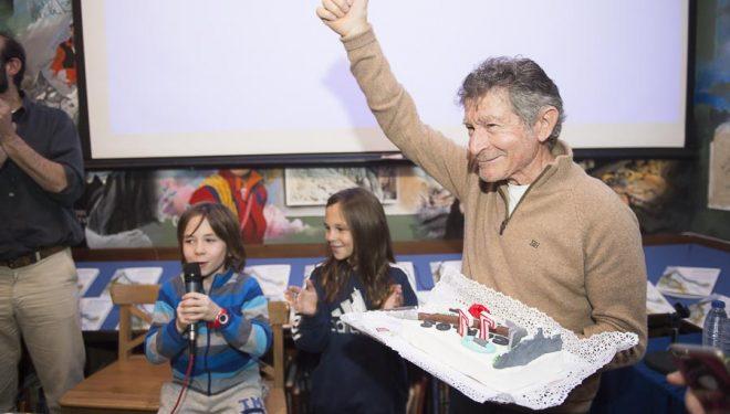 Carlos Soria celebrando ayer su 77 cumpleaños en la Libreria Desnivel presentado por sus nietos.  (© Darío Rodríguez/DESNIVEL)
