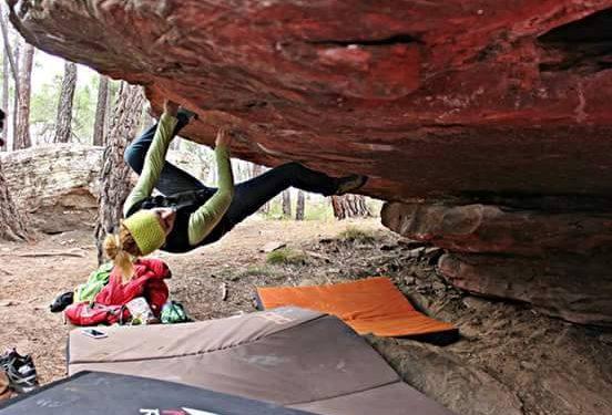 La escaladora Esther Priego (una de las promotoras de Albarra Only Girls) escalando en Albarracín. (Facebook Esther Priego)