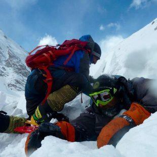 Ali Sadpara ayuda a Álex Txikon a liberarse del alud en el Nanga Parbat invernal  (Col. Á. Txikon)