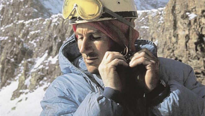 Walter Bonatti al pie de la norte del Cervino que ascendió por un nueva ruta en solitario en el invierno 1965  (©Walter Bonatti)