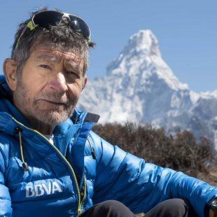 Carlos Soria en el valle del Khumbu con el Ama Dablam de fondo.  (BBVA)