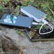 Batería externa cargando de forma simultánea dos smartphones.  (Pablo Fernández)