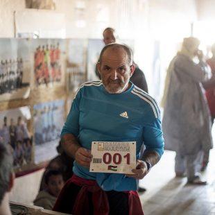 Juanito Oiarzabal fue el dorsal 1 en el Sahara Marathon 2014.  ((c) Carrascosa)